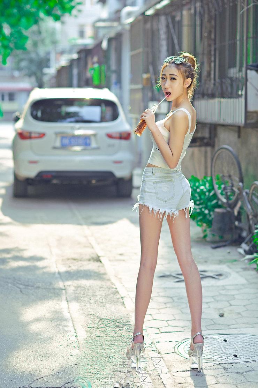 【高清图集】校花佳琪夏日清新美拍 美腿吸睛