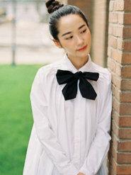 妆容精致漂亮的白衣美